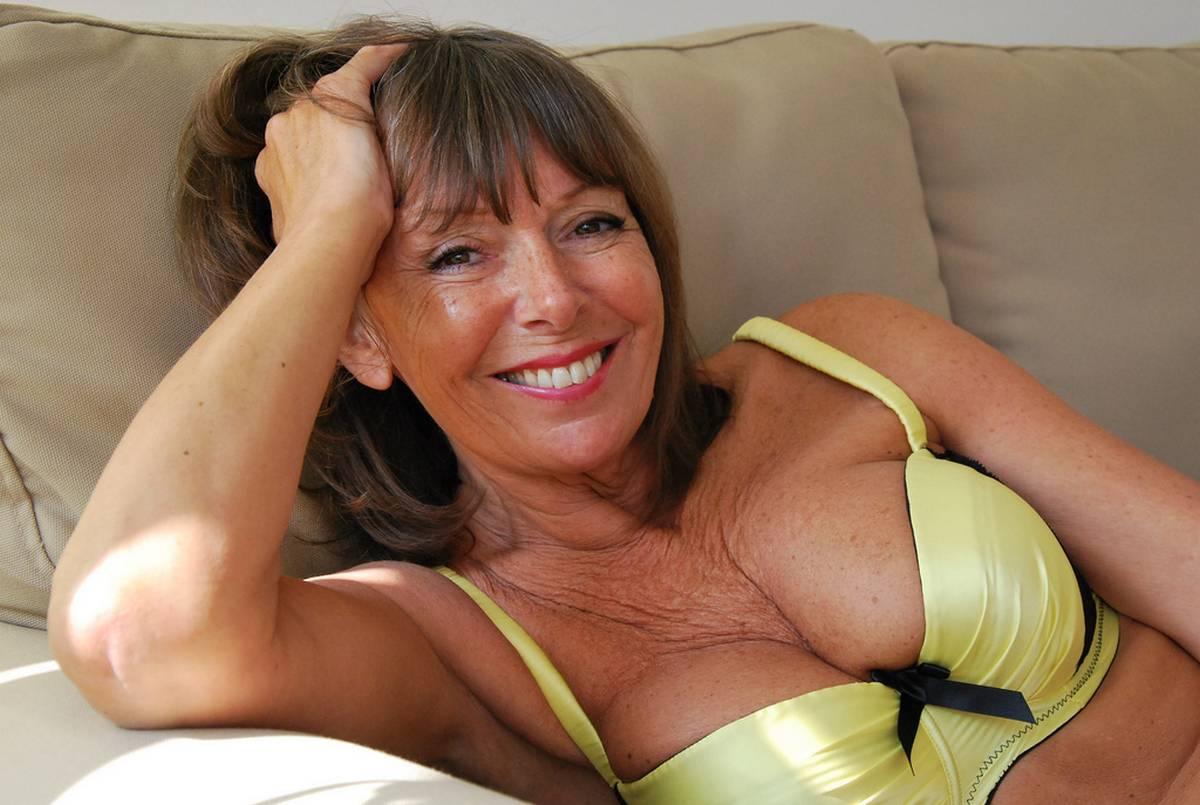 Tendre femme d'âge mûr pour jeune homme à initier aux plaisirs charnels