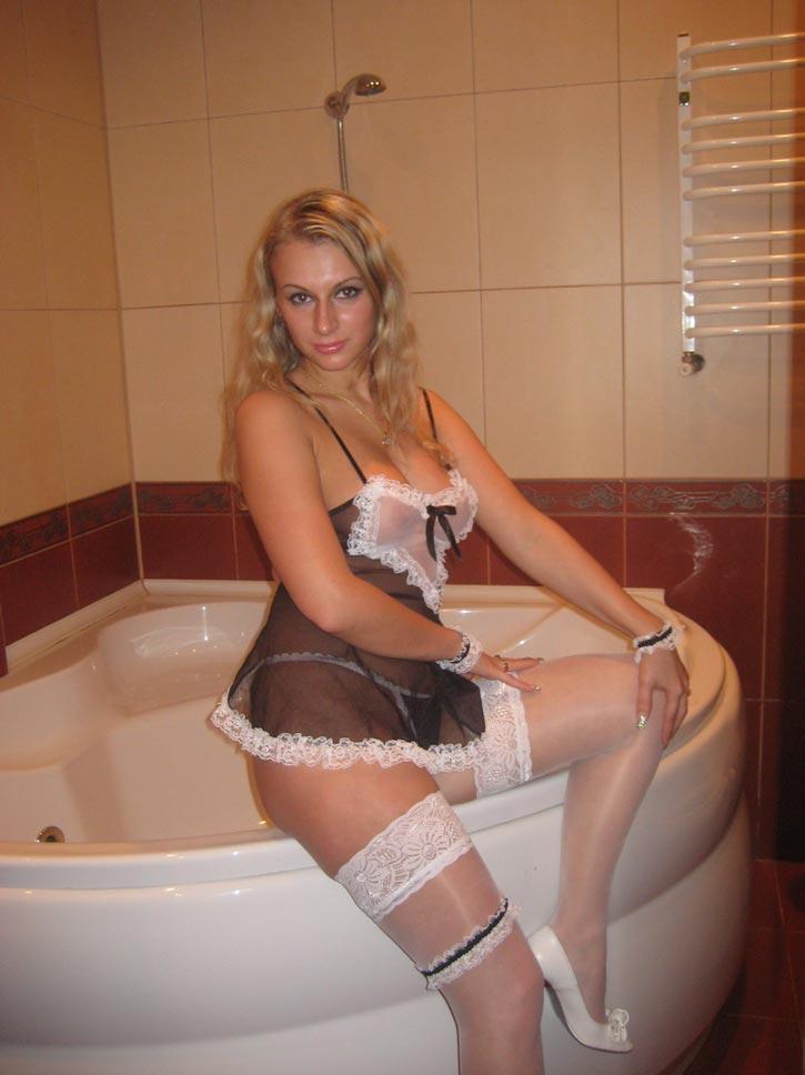 Jolie blonde pulpeuse partante pour des coups d'un soir
